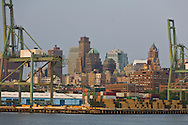 New York, Brooklyn dockyards and port, the old docks  . Brooklyn skyline  New York, - United states /  les docks et le port de Brooklyn  . Brooklyn , les anciens docks au bord de la mer  . brooklyn skyline , New York - Etats unis