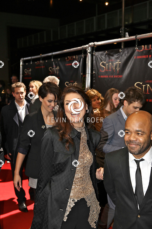 AMSTERDAM - De film Sint van regisseur Dick Maas gaat woensdag in het Muziektheater in Amsterdam in premiere. Met op de foto Euvgenia Parakhina en Chris Silos. FOTO LEVIN DEN BOER - PERSFOTO.NU