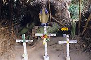 La vita nel villaggio ruota attorno al cacao e anche nelle piccole cappelle votive vengono lasciati come ex voto i frutti delle piante di cacao