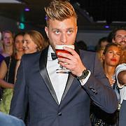 NLD/Amsterdam/20151119 - Esquire Best Geklede man 2015, Jan Versteegh drinkt een biertje
