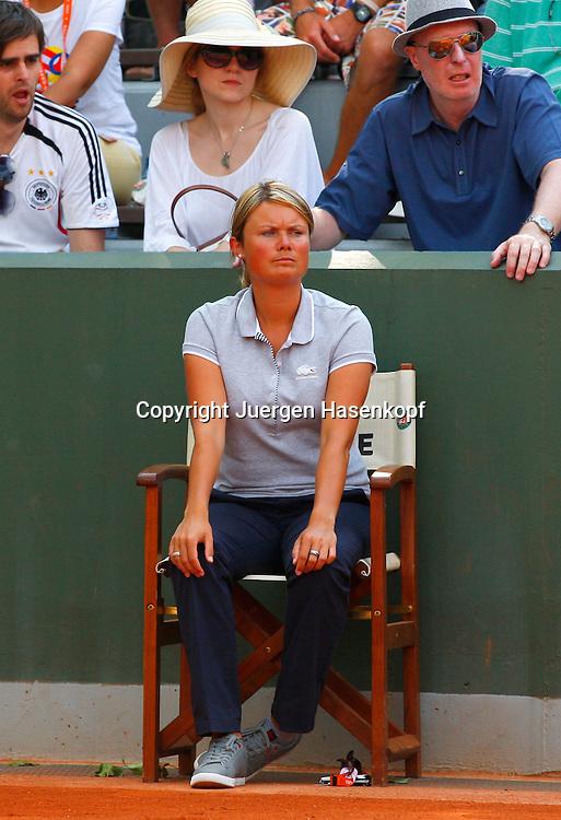 French Open 2011, Roland Garros,Paris,ITF Grand Slam Tennis Tournament , .Linienrichterin Isabell Seefried(GER) sitzt auf dem Stuhl und schaut .konzentriert,hinter ihr sind Zuschauer,Konzentration,.Ganzkoerper,Hochformat,Feature,