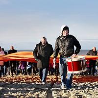 Nederland, Scheveningen , 23 november 2013.<br /> Generale repetitie aankomst van de Prins van Oranje op het Scheveningse strand .<br /> Zij bereiden zich voor op de feestelijke start van deviering van tweehonderd jaar koninkrijk, een week later. <br /> <br /> Anders dan in 1813 hebben alle betrokkenen ditmaal de kans om de landing vooraf te oefenen. Dat is maar goed ook want het programma voor 30 november is uitdagend en spectaculair. De meeste spelers en figuranten komen uit Scheveningen zelf en hebben geen toneelervaring. Regisseur Aus Greidanus begeleidt hen bij hun debuut. Hoofdrolspeler Huub Stapel moet op het juiste moment het strand op varen waarna hij overstapt op een originele 'nettenwagen' die door paarden wordt voortgetrokken. <br /> <br /> Deaankomst van de latere koning Willem I wordt sinds 1813 iedere 25 jaar herdacht door de Scheveningse bevolking. Vanwege de viering van 200 jaar koninkrijk wordt dit keer extra groot uitgepakt. Dankzij de hulp van de Koninklijke Marine zijn op 30 november onder meer enkele grote marineschepen, sloepen en landingsvaartuigen aanwezig. Daarnaast speelt het Britse marineschip HMS Tyne een belangrijke rol bij het evenement. <br /> <br /> Dress rehearsal arrival of the Prince of Orange on the beach of Scheveningen, in preparation for the start of the festive celebration of two hundred years kingdom, a week later.