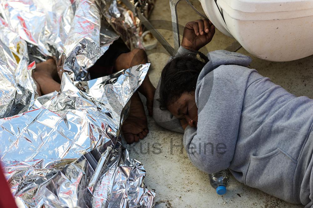 Fluechtlinge ruhen sich am 22.09.2016 auf dem Fluechtlingsrettungsboot Sea-Watch 2 in internationalen Gewaessern vor der libyschen Kueste nach ihrer Rettung von den Strapazen aus. Foto: Markus Heine / heineimaging<br /> <br /> ------------------------------<br /> <br /> Veroeffentlichung nur mit Fotografennennung, sowie gegen Honorar und Belegexemplar.<br /> <br /> Publication only with photographers nomination and against payment and specimen copy.<br /> <br /> Bankverbindung:<br /> IBAN: DE65660908000004437497<br /> BIC CODE: GENODE61BBB<br /> Badische Beamten Bank Karlsruhe<br /> <br /> USt-IdNr: DE291853306<br /> <br /> Please note:<br /> All rights reserved! Don't publish without copyright!<br /> <br /> Stand: 09.2016<br /> <br /> ------------------------------