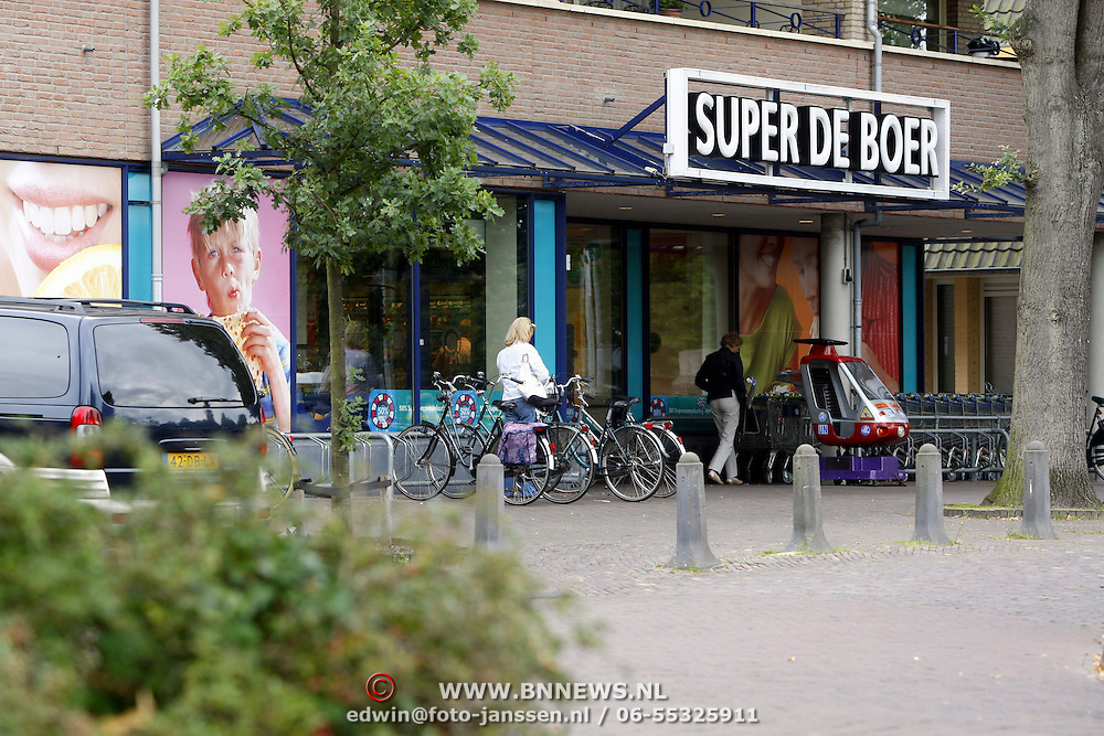 NLD/Huizen/20070807 - Anita Meyer gaat boodschappen doen op de fiets in Laren bij supermarkt Super de Boer
