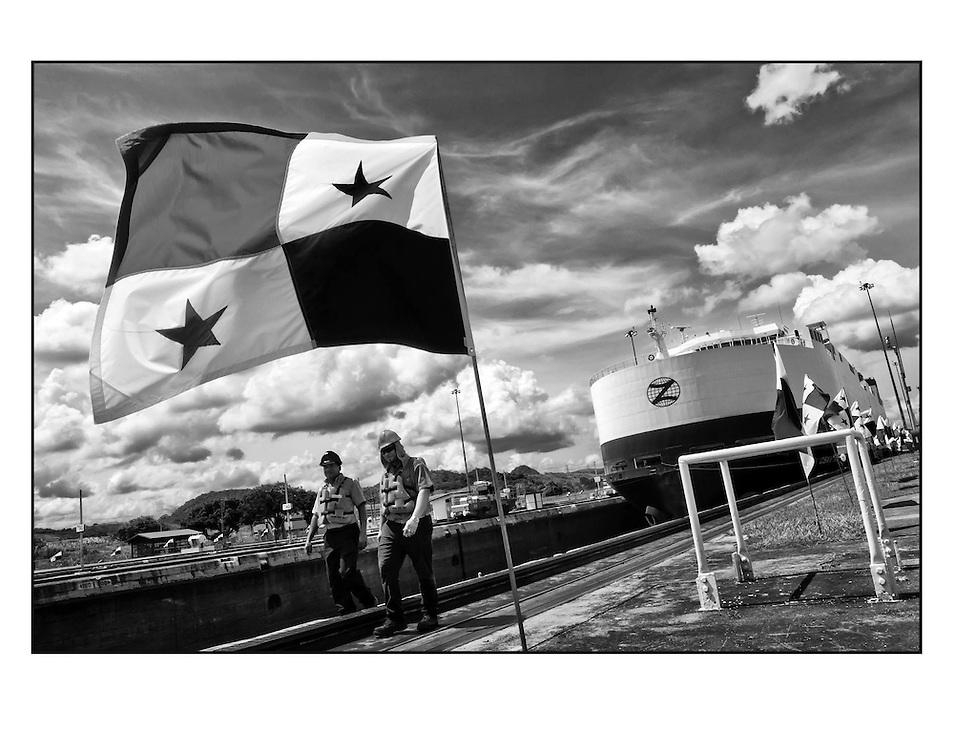 """Autor de la Obra: Aaron Sosa<br /> Título: """"Serie: Canaleros""""<br /> Lugar: Canal de Panamá - Panamá<br /> Año de Creación: 2012<br /> Técnica: Captura digital en RAW impresa en papel 100% algodón Ilford Galeríe Prestige Silk 310gsm<br /> Medidas de la fotografía: 33,3 x 22,3 cms<br /> Medidas del soporte: 45 x 35 cms<br /> Observaciones: Cada obra esta debidamente firmada e identificada con """"grafito – material libre de acidez"""" en la parte posterior. Tanto en la fotografía como en el soporte. La fotografía se fijó al cartón con esquineros libres de ácido para así evitar usar algún pegamento contaminante.<br /> <br /> Precio: Consultar<br /> Envios a nivel nacional  e internacional."""