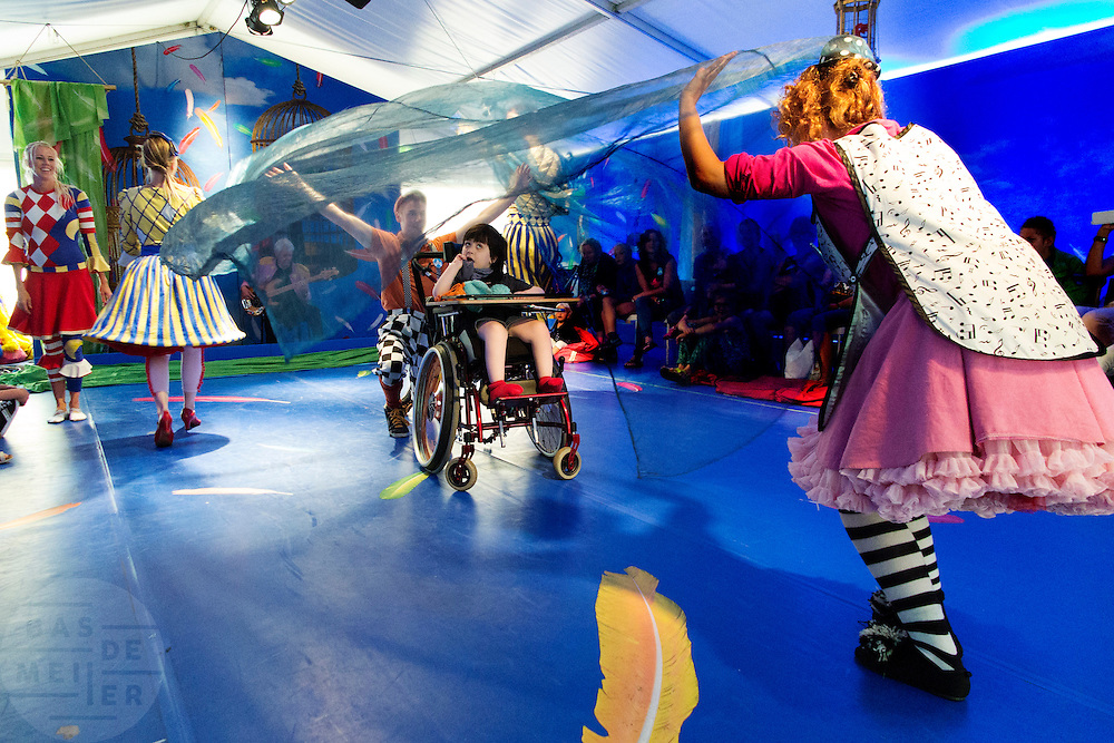 In Houten spelen de CliniClowns de voorstelling Circus Boemtata. Het theaterstuk is gemaakt voor kinderen met een verstandelijke en/of meervoudige beperking. Tijdens de theatervoorstelling ervaren de kinderen veel met hun zintuigen. De Cliniclowns is een organisatie die het verblijf voor kinderen in ziekenhuizen en zorginstellingen aangenamer wil maken. De clowns zijn speciaal getraind voor de doelgroep. De oorsprong van de Cliniclowns ligt in Amerika, waar ze clown doctors worden genoemd.<br />
