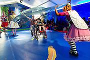 In Houten spelen de CliniClowns de voorstelling Circus Boemtata. Het theaterstuk is gemaakt voor kinderen met een verstandelijke en/of meervoudige beperking. Tijdens de theatervoorstelling ervaren de kinderen veel met hun zintuigen. De Cliniclowns is een organisatie die het verblijf voor kinderen in ziekenhuizen en zorginstellingen aangenamer wil maken. De clowns zijn speciaal getraind voor de doelgroep. De oorsprong van de Cliniclowns ligt in Amerika, waar ze clown doctors worden genoemd.<br /> <br /> In Houten Cliniclowns play the show Circus Boom Tata. The play is developed for children with mental and / or multiple disabilities. In the theater, the children experience a lot with their senses. Cliniclowns is an organization that wants to make the stay for children in hospitals and healthcare facilities more pleasant. Clowns are specially trained for the target group. The origin of the Clown is in America, where they are called clown doctors