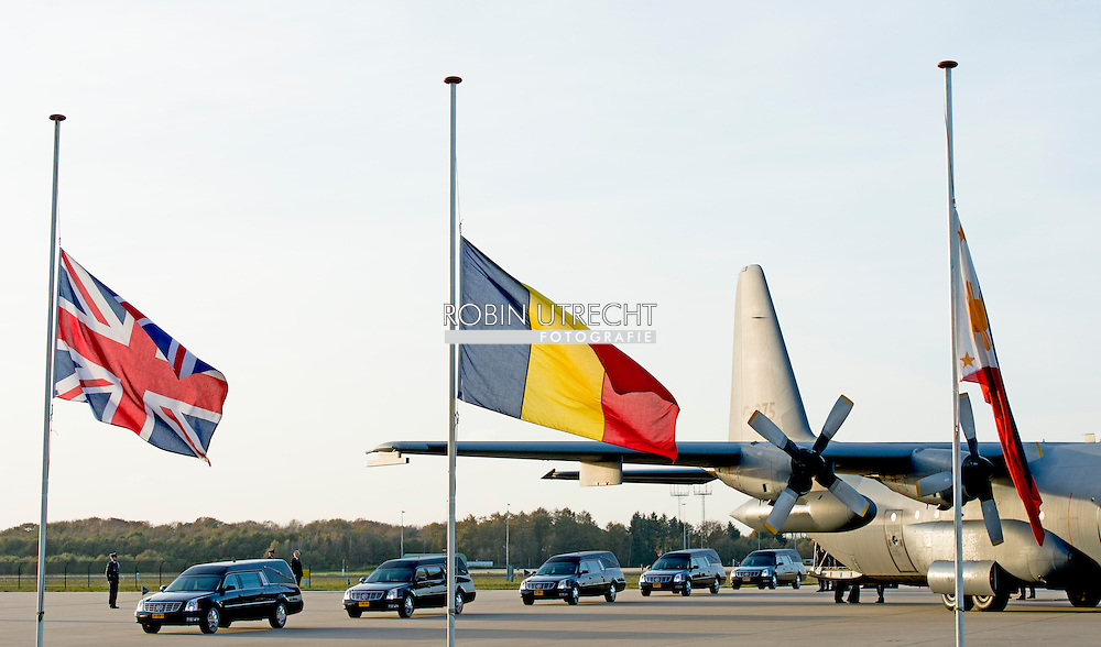 EINDHOVEN - Kisten met stoffelijke resten van slachtoffers van vlucht MH17 worden in rouwwagens gedragen op vliegbasis Eindhoven. COPYRIGHT ROBIN UTRECHT