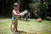 Nova lima_MG, Brasil...Crianca tomando banho de mangueira em Nova Lima, Minas Gerais...A child is playing with water hose in Nova Lima, Minas Gerias...Foto: JOAO MARCOS ROSA / NITRO