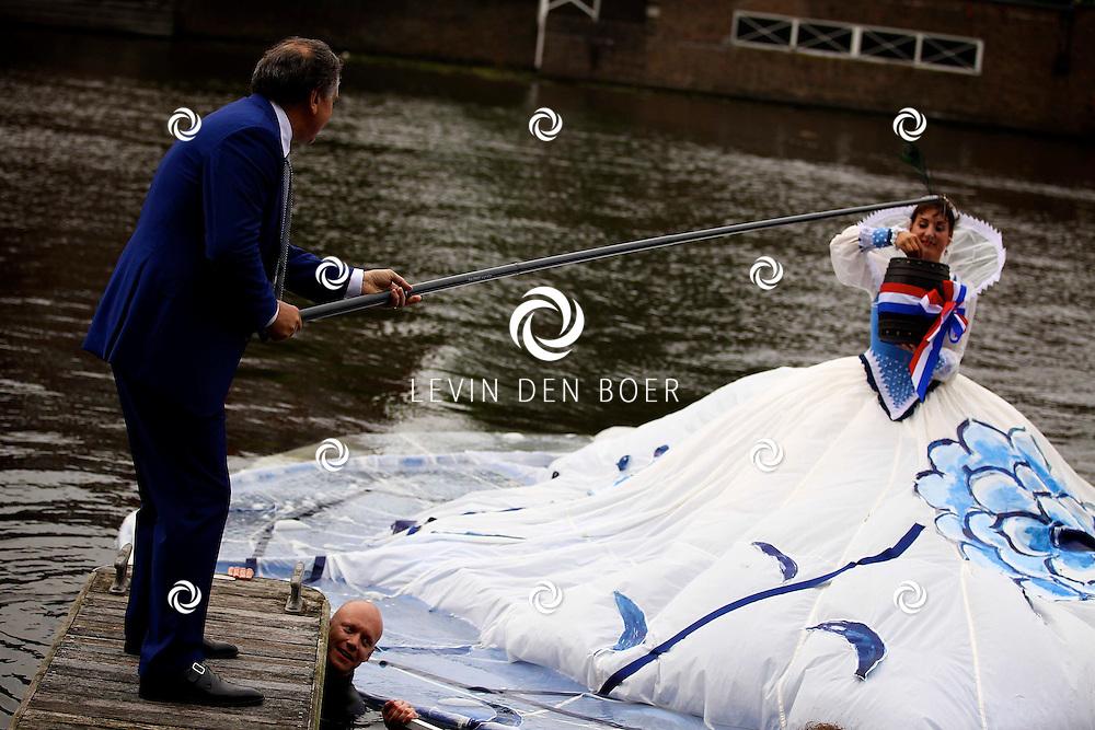 AMSTERDAM - In de tuin van het Hilton Hotel Amsterdam is de jaarlijkse haringparty weer aan de gang. Met hier op de foto  de grachtenprinces die het eerste vaatje haring kwam brengen naar hotelmanager Roberto Payer van het Hilton Amsterdam. FOTO LEVIN DEN BOER - PERSFOTO.NU