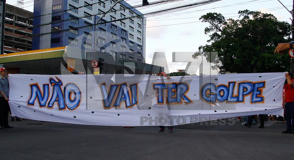 RECIFE,PE,16.12.2015-PROTESTO-PE- Manifestantes protestam contra o impeachment da Presidente Dilma Rousseff no centro do Recife, na tarde desta quarta-feira, 16. (Foto: Jean Nunes/Brazil Photo Press)