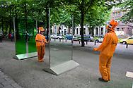 Foto: Gerrit de Heus. Den Haag. 06/06/08. Den Haag Sculptuur. Twee oranjesupporters hebben lol met het kunstwerk van Natasha Johns-Messenger.
