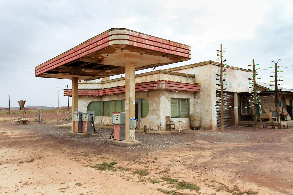 198 / The Hills have Eyes: AFRIKA, MAR, MAROKKO, OUARZAZATE, OUARZAZATE, 24.09.2010: Die Verlassene Tankstelle wurde als Filmkulisse fuer den Film The Hills Have Eyes benutzt. In Ouarzazate befinden sich die groessten Fimstudios Marokkos. - Marco del Pra / imagetrust - Stichworte: Afrika, Atlas, Auto, Benzin, Diesel, Drehort, Film, Filmkulisse, Filmstudio, Koenig, Koenigreich, Kulisse, MAR, Marokko, mohammed VI, OUARZAZATE, Tank, Tanken, Tankstelle, The Hills have Eyes, Verlassen, verwuestet, Wueste, Sand,Property Release:No, Stichwort,