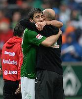 FUSSBALL   1. BUNDESLIGA   SAISON 2012/2013    33. SPIELTAG SV Werder Bremen - Eintracht Frankfurt                   11.05.2013 Trainer Thomas Schaaf (li) und Sokratis Papastathopoulos (re, beide SV Werder Bremen) freuen sich nach dem Abpfiff