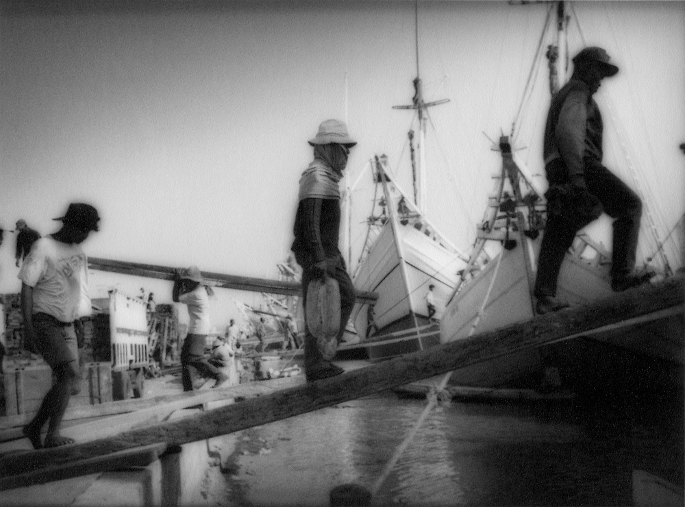 Stevedores boarding pinisi perahu, Bugi sailing ships, in Sunda Kelapa Harbour, Jakarta, Indonesia.