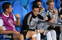 FUSSBALL WM 2018  Vorrunde  Gruppe F   ----- Deutschland - Schweden       23.06.2018 Wassertraeger; Mesut Oezil (Mitte, Deutschland) reicht Mario Gomez  (li, Deutschland) Wasser auf der Ersatzbank.