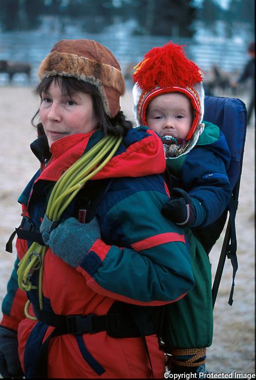 Hanne Lena Wilks og sønnen Neila Issat (11 mnd) på reinslakting i Snåsa