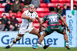 Ollie Lawrence of Worcester Warriors takes on Kyle Eastmond of Leicester Tigers - Mandatory by-line: Robbie Stephenson/JMP - 29/02/2020 - RUGBY - Welford Road Stadium - Leicester, England - Leicester Tigers v Worcester Warriors - Gallagher Premiership Rugby