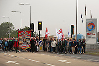 Lindsey Oil Refinery workers return to work..© Martin Jenkinson, tel 0114 258 6808 mobile 07831 189363 email martin@pressphotos.co.uk. Copyright Designs & Patents Act 1988, moral rights asserted credit required. No part of this photo to be stored, reproduced, manipulated or transmitted to third parties by any means without prior written permission