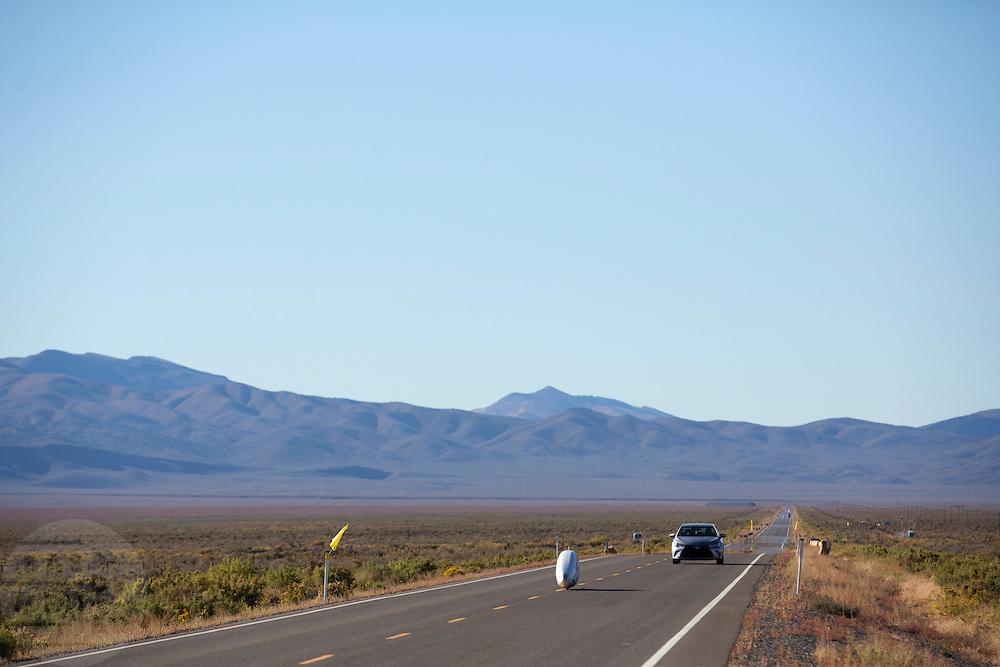 De Arion 1. In Battle Mountain (Nevada) wordt ieder jaar de World Human Powered Speed Challenge gehouden. Tijdens deze wedstrijd wordt geprobeerd zo hard mogelijk te fietsen op pure menskracht. Ze halen snelheden tot 133 km/h. De deelnemers bestaan zowel uit teams van universiteiten als uit hobbyisten. Met de gestroomlijnde fietsen willen ze laten zien wat mogelijk is met menskracht. De speciale ligfietsen kunnen gezien worden als de Formule 1 van het fietsen. De kennis die wordt opgedaan wordt ook gebruikt om duurzaam vervoer verder te ontwikkelen.<br /> <br /> In Battle Mountain (Nevada) each year the World Human Powered Speed Challenge is held. During this race they try to ride on pure manpower as hard as possible. Speeds up to 133 km/h are reached. The participants consist of both teams from universities and from hobbyists. With the sleek bikes they want to show what is possible with human power. The special recumbent bicycles can be seen as the Formula 1 of the bicycle. The knowledge gained is also used to develop sustainable transport.