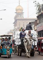 DELHI - Ossewagen in de straten van Old City of Delhi. ANP KOEN SUYK