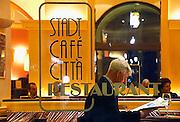 Italie, Bolzano, 8-3-2008..Een man leest een krant in een café in het centrum van de stad. Bolzano, Bozen, is na de eerste wereldoorlog bij Italië gevoegd en is tweetalig. De bevolking is sterk gericht op Oostenrijk...Foto: Flip Franssen