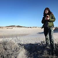 Nederland, Noordwijk , 8 februari 2011...Boswachter Marian Fijten trekt met haar minicomputer de natuur in om specifieke gegevens in de natuur te localiseren en op te slaan..Foto:Jean-Pierre Jans
