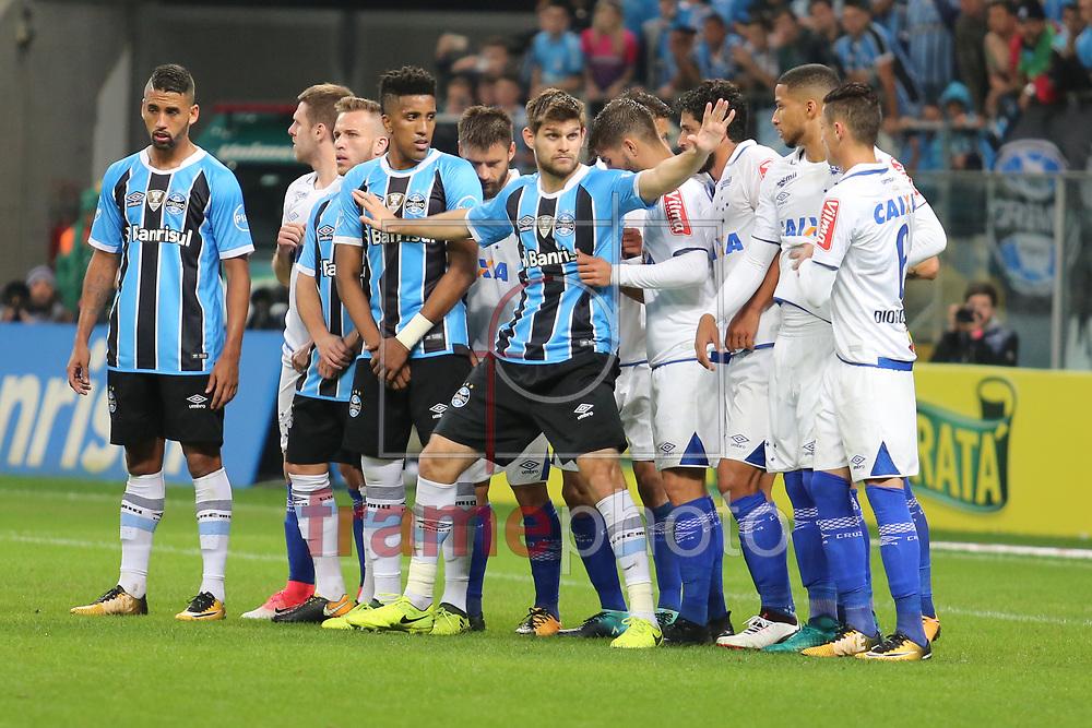 Kannemann na formação de barreira do Cruzeiro durante o jogo disputado entre Grêmio e Cruzeiro, na Arena do Grêmio, em Porto Alegre, válido pela Copa do Brasil 2017. Foto: Richard Ducker/FramePhoto