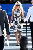 Pamela Anderson komt aan op Schiphol voor de Comic Con