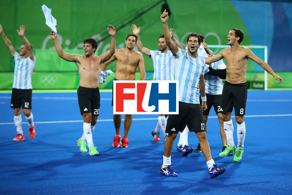 RIO DE JANEIRO, BRAZIL - AUGUST 18:  Argentina celebrate winning the Men's Hockey Gold Medal match between Belgium and Argentina on Day 13 of the Rio 2016 Olympic Games at Olympic Hockey Centre on August 18, 2016 in Rio de Janeiro, Brazil.  (Photo by Clive Brunskill/Getty Images)