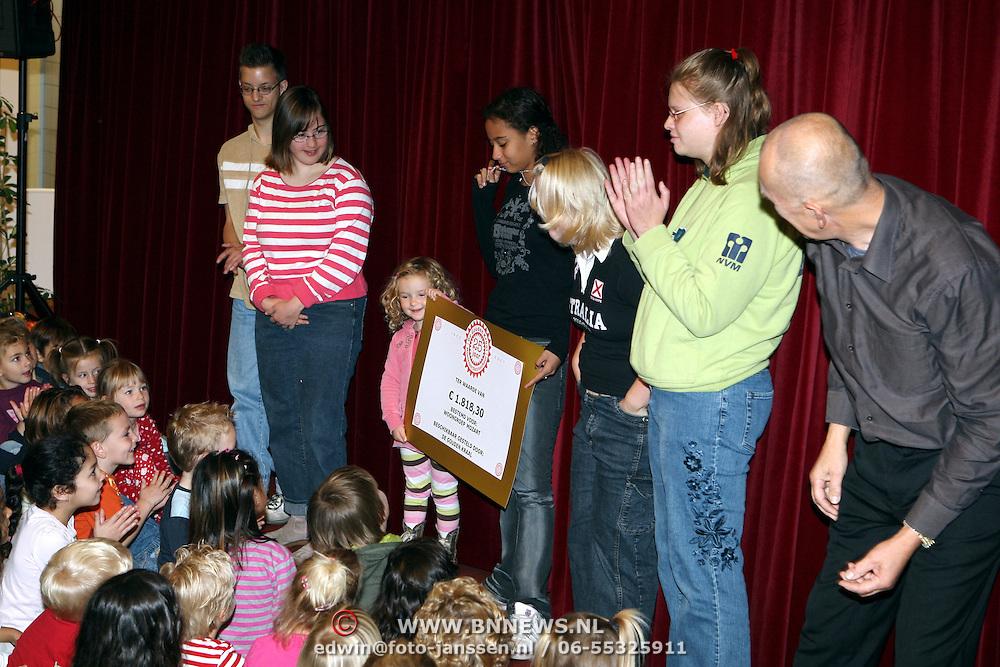 NLD/Huizen/20070921 - Gouden Kraal Hoofdweg 107 Huizen cheque overhandiging sponsorloop