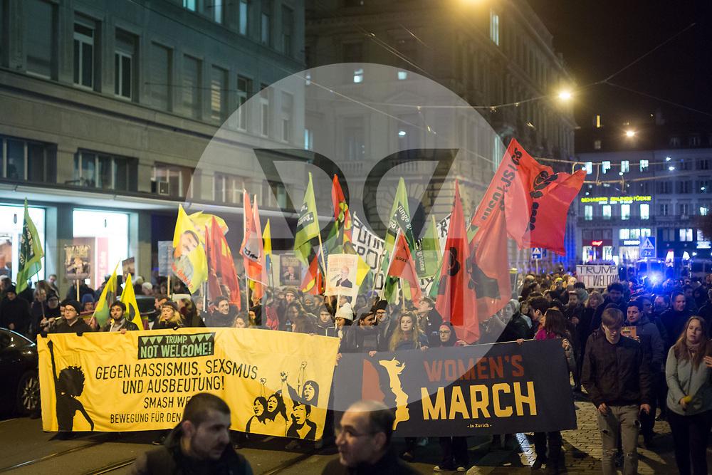 SCHWEIZ - ZÜRICH - Demo 'Trump not welcome!' organisiert von Bewegung für den Sozialismus BFS und BFS Jugend Zürich; hier das Transparent 'Gegen Rassismus, Sexismus und Ausbeutung! Smash WEF!' und 'Woman's March' auf dem Talacker - 23. Januar 2018 © Raphael Hünerfauth - http://huenerfauth.ch