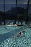 Le Centre Thermal &laquo; Les Bains de la Gruy&egrave;re &raquo; &agrave; Charmey dispose sur une superficie de 5 000 m&sup2;, deux bassins d'eau chauff&eacute;e &agrave; 34 &deg;C, sauna et hammam et des cabines de soins ou des professionnels offrent massages, soins polysensoriels, soins du corps et du visage, beaut&eacute; des mains et des pieds dans un cadre unique et un panorama exceptionnel.<br /> Das Thermalzentrum &laquo;Les Bains de la Gruy&egrave;res&raquo; bietet auf 5 000 m&sup2; zwei Wasserbecken mit einer Temperatur von 34&deg;C, eine Sauna, einen Hammam und 16 Behandlungskabinen. Der Wellnessbereich offeriert Beauty- und Behandlungen mit Pflege und Massagen f&uuml;r Gesicht und K&ouml;rper.<br /> &copy; Romano P. Riedo | fotopunkt.ch