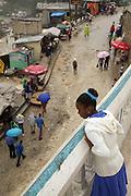 Jeune fille endimanch&eacute;e &agrave; la balustrade.<br /> Village de Fermathe pr&egrave;s de Port-au-Prince.