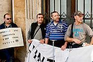 Roma  6 Novembre 2013<br /> Centinaia di autisti autorganizzati dell' ATAC, il trasporto pubblico di Roma, manifestano al Campidoglio, contro le politiche dell'azienda, per gli straordinari imposti e la carenza di organico.<br /> Gli autisti  rifiutano gli straordinari e contestano  anche la politica dei sindacati . Autisti incatenati<br /> Rome November 6, 2013<br /> Hundreds of drivers of self-organized  of the  ATAC, Rome's public transport, manifest at the Capitol against the company's policies, imposed for overtime and lack of staff.<br /> The drivers refuse overtime and also question the policy of trade unions. Drivers chained