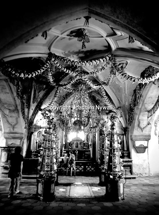 20040806 Sedlec Tjeckien<br /> Benhuset i Sedlec, Sedlec-ossuariet eller Skelettkyrkan i Sedlec p&aring; tjeckiska kostnice Sedlec &auml;r ett katolskt kapell p&aring; kyrkog&aring;rden till Allahelgonagravkyrkan i Sedlec, en f&ouml;rstad till Kutn&aacute; Hora <br /> <br /> ----<br /> FOTO : JOACHIM NYWALL KOD 0708840825_1<br /> COPYRIGHT JOACHIM NYWALL<br /> <br /> ***BETALBILD***<br /> Redovisas till <br /> NYWALL MEDIA AB<br /> Strandgatan 30<br /> 461 31 Trollh&auml;ttan<br /> Prislista enl BLF , om inget annat avtalas.