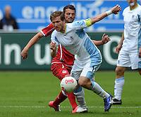 Fussball 2. Bundesliga:  Saison   2012/2013,    3. Spieltag  1. FC Kaiserslautern - TSV 1860 Muenchen   26.08.2012 Benjamin Lauth (li, 1860 Muenchen) gegen Albert Bunjaku (1. FC Kaiserslautern)
