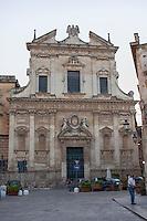 Chiesa del Gesù. Sede della congregazione leccese dei Gesuiti, la chiesa fu costruita tra il 1575 e il 1579 dal padre Giovanni de Rosis. La sua facciata imita le forme della romana chiesa del Gesù, mentre i fastosi altari all'interno sono decorati in stucco, che permetteva una facile modellazione delle articolate forme barocche. L'interno è costituito da un'unica navata affiancata da quattro cappelle per lato, in cui sono presenti gli altari in stucco.