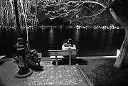 Vietnam, Hanoi: lovers by the lake. innamorati sul lago in città. ....Vietnam, Hanoi: lovers by the lake. innamorati sul lago in città. ....