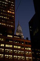 21 NOV 2003, NEW YORK/USA:<br /> Die Spitze eines Wolkenkratzers zwischen Hochhaeusern, Manhatten, New York<br /> IMAGE: 20031121-02-061<br /> KEYWORDS: Nacht, Hochhaus, Hochhäuser, nachts