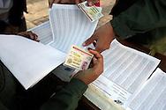 Venezolanos chequean sus números de cédula para votar en el referendo consultivo sobre la reforma constitucional propuesta por el presidente venezolano, Hugo Chávez hoy, domingo 2 de diciembre, en Caracas (Venezuela). (ivan gonzalez)