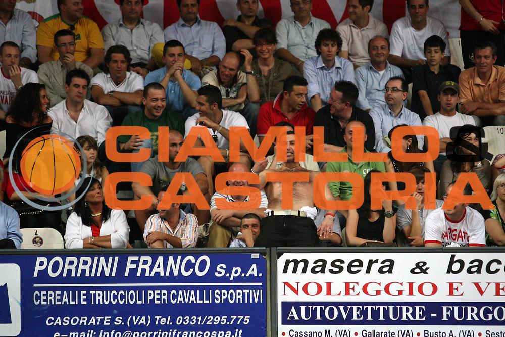 DESCRIZIONE : Varese Lega A1 2006-07 Playoff Quarti di Finale Gara 4 Whirlpool Varese Armani Jeans Milano<br /> GIOCATORE : Tifosi<br /> SQUADRA : Whirlpool Varese<br /> EVENTO : Campionato Lega A1 2006-2007 Playoff Quarti di Finale Gara 4<br /> GARA : Whirlpool Varese Armani Jeans Milano<br /> DATA : 25/05/2007 <br /> CATEGORIA : Tifosi<br /> SPORT : Pallacanestro <br /> AUTORE : Agenzia Ciamillo-Castoria/S.Ceretti