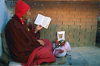Nepal, vallée de Katmandou, moine en priere au stupa bouddhiste de Bodhnath // Nepal, Kathmandu valley, monk praying at buddhist stupa of Bodnath