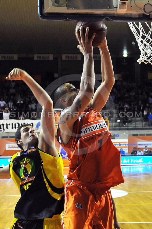 Udine, 31/10/2010..PalaCarnera. Campionato di Basket LegaDue 2010/11.  Regular Season. .Snaidero Udine vs Mazzeo San Severo.Nella foto: Gerald Lee Jr vs Marko Micevic.Categoria: Tiro.Foto di Simone Ferraro