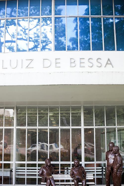 Belo Horizonte_MG, Brasil...Estatuas, criadas pelo artista plastico Leo Santana em frente a Biblioteca Publica em Belo Horizonte, Minas Gerais...Statues, It was designed by the artist Leo Santana in front of Public Library in Belo Horizonte, Minas Gerais...Foto: NIDIN SANCHES / NITRO
