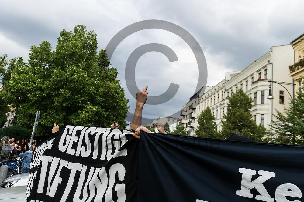 Ein Gegendemonstrant streckt w&auml;hrend des CDU Sommerfest am 30.06.2016 in Berlin, Deutschland den Mittelfinger in Richtung des Festes. Foto: Markus Heine / heineimaging<br /> <br /> ------------------------------<br /> <br /> Ver&ouml;ffentlichung nur mit Fotografennennung, sowie gegen Honorar und Belegexemplar.<br /> <br /> Bankverbindung:<br /> IBAN: DE65660908000004437497<br /> BIC CODE: GENODE61BBB<br /> Badische Beamten Bank Karlsruhe<br /> <br /> USt-IdNr: DE291853306<br /> <br /> Please note:<br /> All rights reserved! Don't publish without copyright!<br /> <br /> Stand: 06.2016<br /> <br /> ------------------------------w&auml;hrend des Sommerfest der CDU Pankow am 30.06.2016 in Berlin, Deutschland. Foto: Markus Heine / heineimaging<br /> <br /> ------------------------------<br /> <br /> Ver&ouml;ffentlichung nur mit Fotografennennung, sowie gegen Honorar und Belegexemplar.<br /> <br /> Bankverbindung:<br /> IBAN: DE65660908000004437497<br /> BIC CODE: GENODE61BBB<br /> Badische Beamten Bank Karlsruhe<br /> <br /> USt-IdNr: DE291853306<br /> <br /> Please note:<br /> All rights reserved! Don't publish without copyright!<br /> <br /> Stand: 06.2016<br /> <br /> ------------------------------