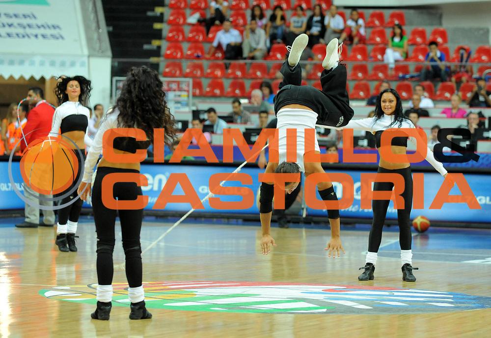 DESCRIZIONE : Kayseri Turchia Turkey Men World Championship 2010 Campionati Mondiali Serbia Australia <br /> GIOCATORE : Cheerleaders<br /> SQUADRA : <br /> EVENTO : Kayseri Turchia Turkey Men World Championship 2010 Campionato Mondiale 2010<br /> GARA : Serbia Australia <br /> DATA : 01/09/2010<br /> CATEGORIA : cheerleaders<br /> SPORT : Pallacanestro <br /> AUTORE : Agenzia Ciamillo-Castoria/T.Wiedensohler<br /> Galleria : Turkey World Championship 2010<br /> Fotonotizia : Kayseri Turchia Turkey Men World Championship 2010 Campionati Mondiali Serbia Australia <br /> Predefinita :