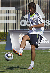 06.08.2010, los Angeles, ITA, USA, Real Madrid Training, Players attend a clinic with childre, im Bild Samir Kedhira, EXPA Pictures © 2010, PhotoCredit: EXPA/ Alterphotos/ Santiago +++++ ATTENTION - OUT OF SPAIN +++++ / SPORTIDA PHOTO AGENCY