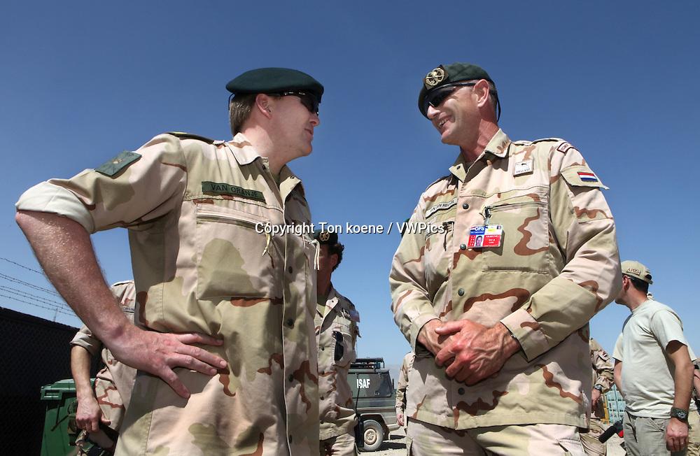 Bezoek van kroonprins Willem-Alexander aan de nederlandse troepen in Tarin Kowt, Uruzgan, Afghanistan. <br /> ANP PHOTO TON KOENEDutch prince Willem Alexander van oranje visits the dutch troops in Uruzgan in march 2010