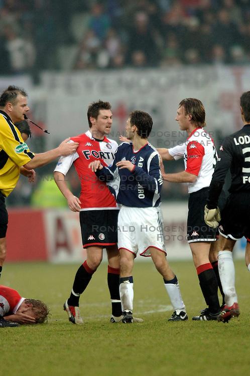 05-02-2006 VOETBAL: FEYENOORD - AJAX: ROTTERDAM<br /> Feyenoord heeft In De Kuip met 3-2 gewonnen van Ajax / Opstootje met Pascal Bosschaart, Klaas Jan Huntelaar en Olaf Lindenbergh<br /> ©2006-WWW.FOTOHOOGENDOORN.NL